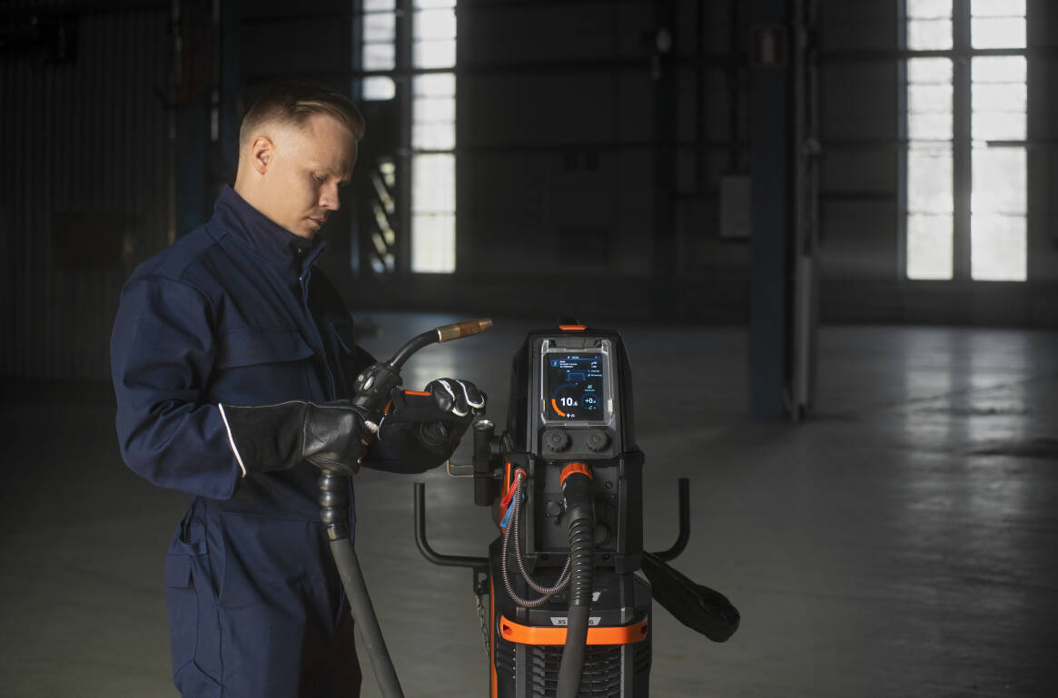 Flexlite GX welding guns feature flexible cable sets and ball-jointed cable protection which reduce wrist loading. Their innovative neck structure adds to welding comfort with more efficient cooling, which also extends the lifetime of consumables.